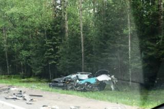 На трассе Кола столкнулись иномарка и грузовик